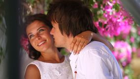 Piękny państwo młodzi przeciw tłu kwiaty swobodny ruch kilka dni ubranie szczęśliwy roczna ślub zbiory