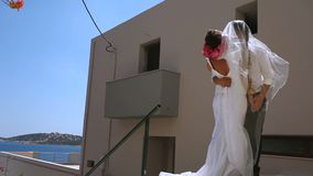 Piękny państwo młodzi tenderly obejmuje kilka dni ubranie szczęśliwy roczna ślub zbiory wideo