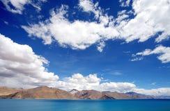 Piękny Pangong jezioro z jasnym niebem, HDR Obraz Royalty Free