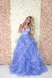 Piękny panna młoda model w błękitnej zadziwiającej ślubnej sukni Piękno młoda kobieta na tle kwiaty - wizerunek obrazy royalty free