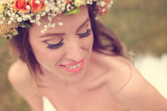 Piękny panny młodej być ubranym uzupełniał i kwiecista korona Obraz Royalty Free