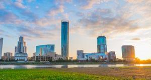 Piękny panoramiczny kolorowy pejzaż miejski Yekaterinburg miasta cen zdjęcia royalty free
