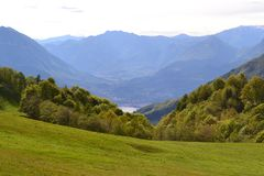 PiÄ™kny panoramiczny widok jeziorny Como od Cainallo Esino Lario w pogodnym wiosna dniu obrazy royalty free