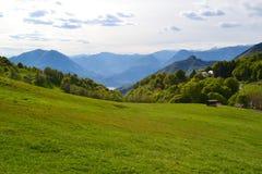PiÄ™kny panoramiczny widok jeziorny Como od Cainallo Esino Lario w pogodnym wiosna dniu zdjęcie royalty free