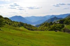 PiÄ™kny panoramiczny widok jeziorny Como od Cainallo Esino Lario w pogodnym wiosna dniu obraz stock