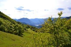 PiÄ™kny panoramiczny widok jeziorny Como od Cainallo Esino Lario w pogodnym wiosna dniu zdjęcia royalty free