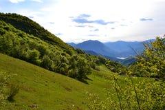 PiÄ™kny panoramiczny widok jeziorny Como od Cainallo Esino Lario w pogodnym wiosna dniu zdjęcia stock