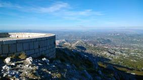 Piękny panoramiczny widok obserwacja pokład przy mauzoleumem Njegos na Lovcen w Montenegro szczegółowa artystyczne Eiffel rama Fr Zdjęcie Stock