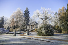 Piękny park zakrywający w świeżym śniegu zdjęcie stock