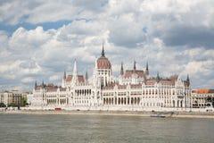Piękny parlamentu budynek Danube rzeka i chmurny s, fotografia royalty free