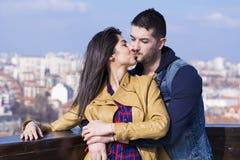 Piękny pary całować plenerowy Obraz Stock