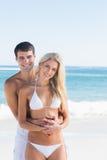 Piękny pary obejmowanie i ono uśmiecha się przy kamerą Zdjęcie Stock