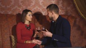 Piękny pary obsiadanie w galanteryjnych opowiadać i restauraci zdjęcie wideo