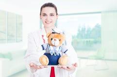 Piękny pediatryczny doktorski ofiara mokietu niedźwiedź i pastylka Zdjęcie Royalty Free