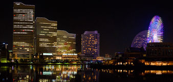 Piękny pejzaż miejski odbija światła przy zatoką Yokohama japan fotografia stock