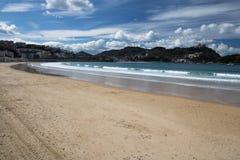 Piękny piaskowatej plaży losu angeles concha z widokiem na monte igueldo i Santa Clara wyspie w San Sebastian, baskijski kraj, Sp Zdjęcie Stock