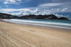 Piękny piaskowatej plaży losu angeles concha z widokiem na monte igueldo i Santa Clara wyspie w San Sebastian, baskijski kraj, Sp Obrazy Royalty Free