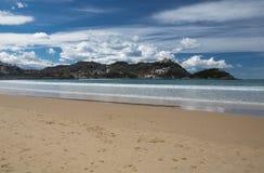Piękny piaskowatej plaży losu angeles concha z widokiem na monte igueldo i Santa Clara wyspie w San Sebastian, baskijski kraj, Sp Obrazy Stock