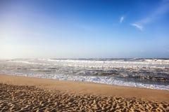 Piękny piaskowaty oceanu wybrzeże, fala i niebieskie niebo, Zdjęcie Stock