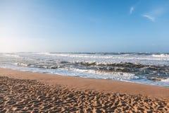 Piękny piaskowaty oceanu wybrzeże, fala i niebieskie niebo, Obraz Stock