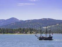 Piękny pirata statku żeglowanie w Dużym Niedźwiadkowym jeziorze Zdjęcia Royalty Free