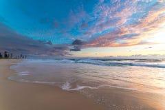 Piękny plaża krajobraz z malowniczym wschodu słońca niebem obraz stock