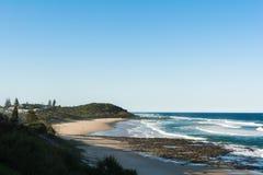 Piękny plażowy widok w słonecznym dniu z bezchmurnym niebieskim niebem w Ballina, Australia Fotografia Stock