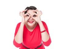 Piękny plus wielkościowa kobieta gestykuluje szkła z jej rękami Obraz Stock
