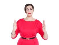 Piękny plus wielkościowa kobieta robi wielkościowemu gestowi odizolowywającemu Zdjęcia Royalty Free