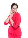 Piękny plus wielkościowa kobieta w czerwieni smokingowy pozować odizolowywam Zdjęcia Royalty Free