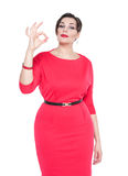 Piękny plus wielkościowa kobieta z ok gestem z jej ręką odizolowywającą Fotografia Stock