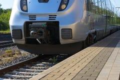 Piękny pociąg ekspresowy, rasy sztachetowym latem obrazy royalty free
