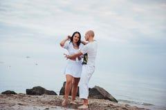 Piękny podżegający para taniec na plaży zdjęcie royalty free