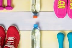 Piękny pojęcie od sportów butów i sprawności fizycznej wyposażenia Zdjęcia Stock