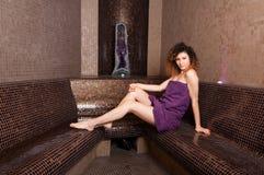Piękny pojedynczy kobiety obsiadanie w mokrym hammam pokoju, ono uśmiecha się i Obraz Royalty Free