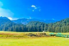Piękny pole golfowe up na wzgórzu z drogą, niebieskim niebem i chmurami, fotografia royalty free