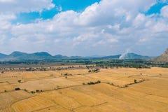 Piękny pole z górą, Wat Tham Sua& x28; Tygrysia jama Temple& x29; Zdjęcie Stock
