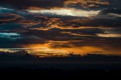 Piękny pomarańcze chmury krajobraz gdy półmrok obraz royalty free