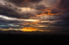 Piękny pomarańcze chmury krajobraz gdy półmrok obrazy royalty free