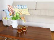 Piękny pomarańczowy tulipanu bukiet na drewnianym stole w utrzymania ro Zdjęcie Stock