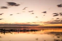 Piękny pomarańczowy zmierzch na jeden dniu chmurnym w sławnym jeziorze albufera Walencja, Hiszpania fotografia stock