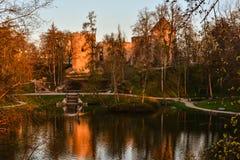 Piękny popołudnia światło w parku z starymi grodowymi ruinami zdjęcie stock