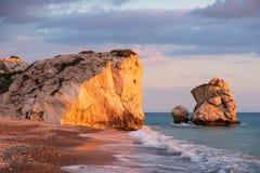 Piękny popołudniowy widok plaża wokoło Petra tou Romiou, także znać jako Aphrodite miejsce narodzin w Paphos, Cypr obrazy royalty free
