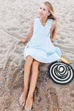 Piękny portret dziewczyna w kapeluszowym zakończeniu, odpoczynek na morzu lub ocean, kobieta w lato sukni obraz stock