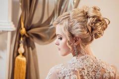 Piękny portret kobieta z blondynka włosy z wieczór makijażem Zdjęcia Stock