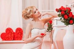 Piękny portret kobieta z blondynka włosy z wieczór makijażem Obrazy Royalty Free