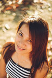 Piękny portret młoda Azjatycka kobieta ono uśmiecha się, z ładnym światłem słonecznym Zdjęcie Royalty Free