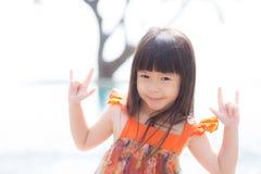Piękny portret małej dziewczynki azjata uśmiechnięta pozycja przy pływackim basenem Obrazy Stock