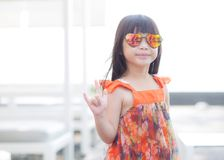 Piękny portret małej dziewczynki azjata uśmiechnięta pozycja przy pływackim basenem Obraz Royalty Free
