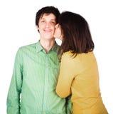 Piękny potomstwo pary całowanie przeciw bielowi obrazy stock